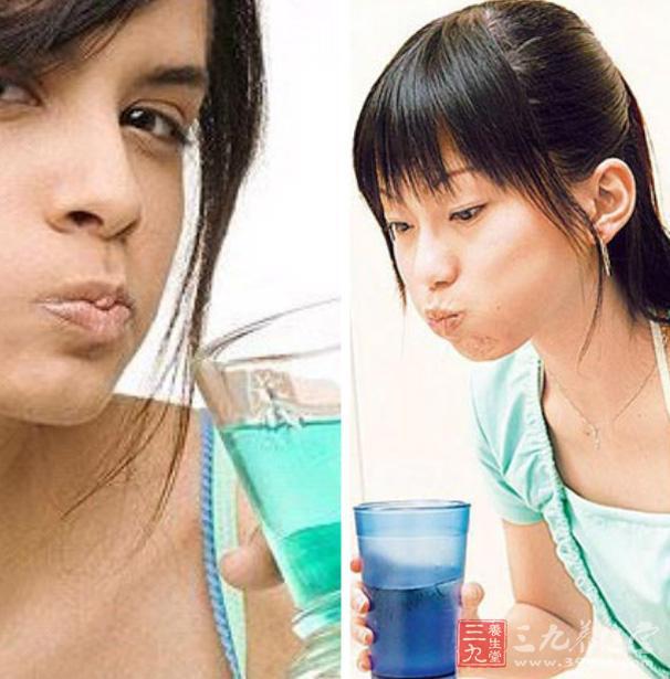 此外,一日三餐后要用清水漱口,漱口时要借用水的冲力尽量将牙缝中的食物残渣清除。   如嵌得很紧,也可用牙签除掉。应定期去医院除去牙面上的结石,以防止牙周炎的发生。   2、茶水漱口   每次饭后用茶水漱口,让茶水在口腔内冲刷牙齿及舌两侧。   这样可清除牙垢,提高口腔轮匝肌和口腔粘膜的生理功能,增强牙齿的抗酸防腐能力。   3、饮食护齿   蛋、水果、蔬菜、排骨汤等,含有丰富的蛋白质、矿物质、维生素等,经常食用有益坚齿。   人体摄取蛋白质不足,易患龋齿病。   此外,饮食时要注意保护牙齿,如忌过多食