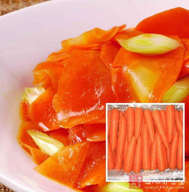 将胡萝卜洗净,切碎,放入钢锅内,加入水,上火煮约2分钟。用纱布过滤过渣,加入白糖,调匀,即可饮用。