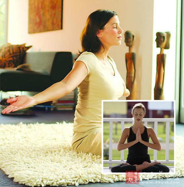 睡前做一点瑜伽,对于各种被睡眠问题困扰的人群都是很有帮助的,今天为大家带来了三个效果不错而且简单易学的睡前瑜伽动作。这三个动作既可以一起练习,也可以单独进行。如果想学习更多的动作的话,就跟着睡前瑜伽视频教程学习吧。   动作一   姿势   双腿盘起,让臀部坐在双脚上,挺直背脊。慢慢地把上半身和头向右方转动,把右手手指放在右胯部后,左手放在右膝盖上。   用鼻子做深呼吸,把注意力放在腹部和胸下部。吸气时胸腔张开,呼气时胸腔收缩。深吸一口气,同时用力伸展脊柱;呼气时扭转身体。注意放松肩膀,让它们保持水平