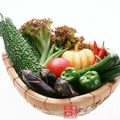 做凉拌菜的蔬菜,要选择新鲜的,去掉不能食用的部分。
