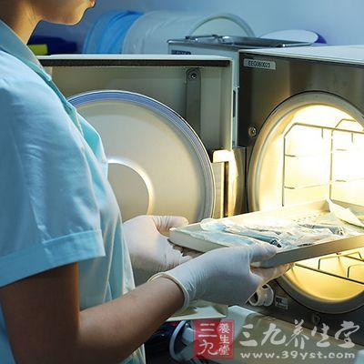 在发生肠道传染病后,每次使用后要用消毒药液揩擦或者浸泡、煮沸消毒