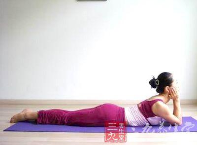 採4足跪姿,掌心贴地,手打开与肩同宽,双腿自然张开,膝盖与骨盆同宽、触地位置约在骨盆后方,视线向前看