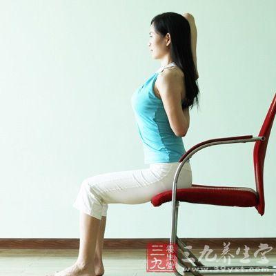 採盘腿坐姿,嵴椎打直,双臂尽量朝天花板延伸,掌心相向