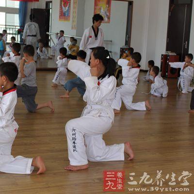 因为跆拳道的技术非常多,什么横踢、侧踢、后踢、旋风腿等等