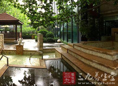 北京春晖园温泉度假村占地600多亩,地处北郊顺义区美丽的温榆河畔