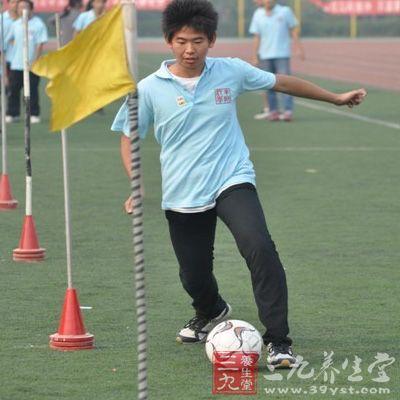 足球的运球技巧和射门方法