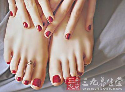 脚趾甲有白斑 脚趾甲发黑怎么回事