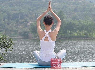 在瑜伽垫上双腿并拢,然后将身体的重心一道左腿