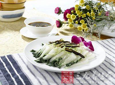 再用净锅爆炒葱、姜、青椒等,尔后将鸡丁及白果丁下锅用大人炒匀,加调味品,翻炒几下即成。