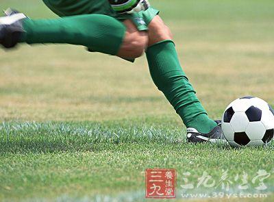 足球運動 踢足球的顛球技巧和訓練方法圖片