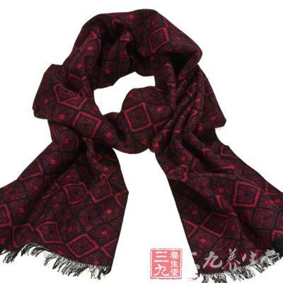 一条纯色长及膝盖的围巾很有性格