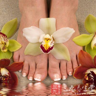 将双脚在温水中浸泡5~10分钟,以使角质充分软化