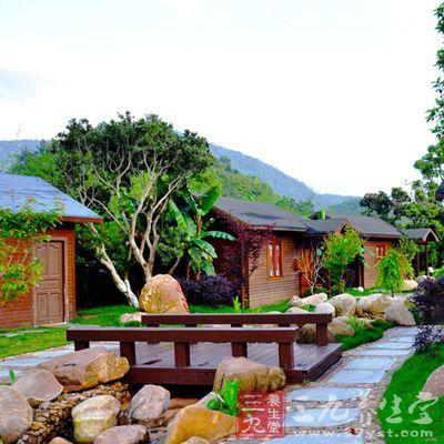 13栋欧式小木屋藏在湖景环绕的花田中