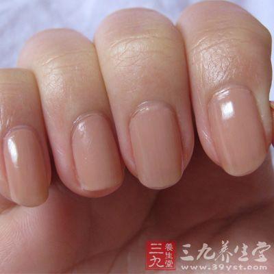 一般习惯将指甲划分四等分来观察,即将指甲从其近端到远端,从其桡侧到