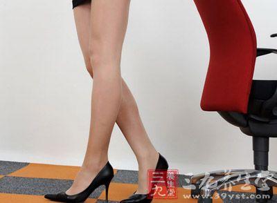 穿高跟鞋的时候,我们的脚会比较累,导致很多女性在站立时,就喜欢将重心歪向一边
