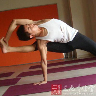 坐姿,两腿伸直,用左脚跨过右腿,然后脚掌放在大腿旁边