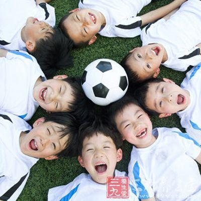 踢足球的技巧 踢好足球的要领是什么图片