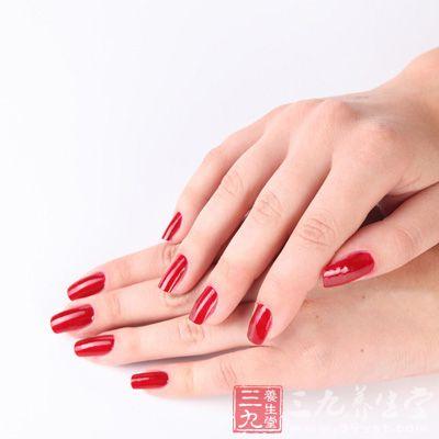 涂指甲油保护指甲