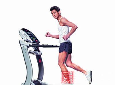 上跑步机前做热身