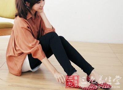 穿平底鞋对足部惊人实拍自慰女生在家危害图片