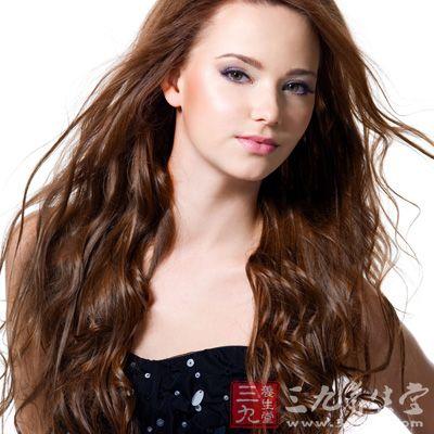 ...头发这样发根的发油会被梳子带到发梢.   而烫完卷发后头发...