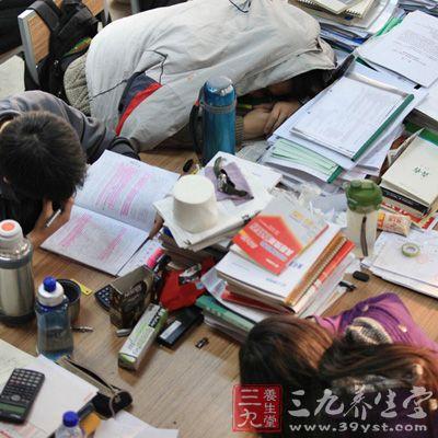 """12点睡觉成大学生""""集体生物钟""""图片"""
