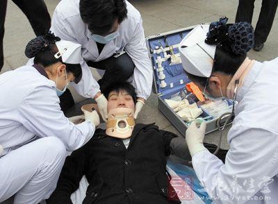 男子晕倒在手扶电梯 年轻医生救人