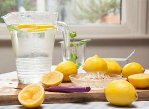 柠檬片泡水的方法_干柠檬片泡水的功效常喝柠檬泡水的好处是什