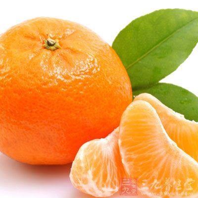 据一位水果摊老板李某介绍,现在市面上的沙糖桔由于品种,产地等不