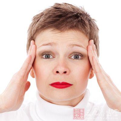 蛛网膜下腔出血有何症状   (1)精神症状   蛛网膜下腔出血患者意识多完全清楚,若出血量大或出血进入脑实质、脑室,影响丘脑下部或脑干者,可出现不同程度的意识障碍,轻者有短暂的意识模糊,重者昏迷。在急性期可出现烦躁、兴奋、谓妄、幻觉、定向障碍等箱神症状,发现上述改变,应及时向医生报告。   (2)生命体征   发病加不合并感染,体温在38左右可为吸收热。如果病变波及丘肋下部及脑干时,或由于血管痉挛引起丘脑下部缺血,可出现中枢牲高热,脉搏缓设,血压升高,面部充血,以及多汗等症状,应及时处理。   (3)