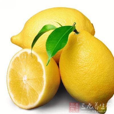 柠檬富含维生素C和维生素P,能增强血管弹性和韧性