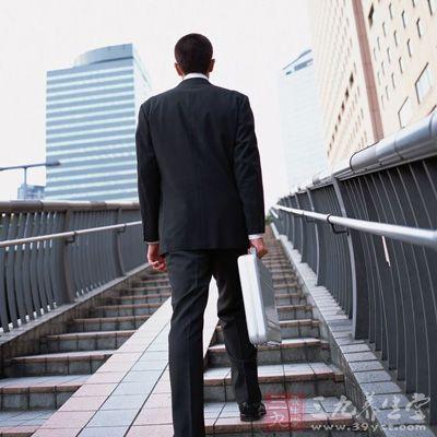男士散步多做有氧运动瘦腿,可以:游泳,比如,跑步,骑车等,都帮应该堕胎减肥图片