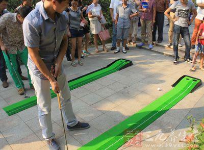 高尔夫技巧 如何掌握推杆技巧