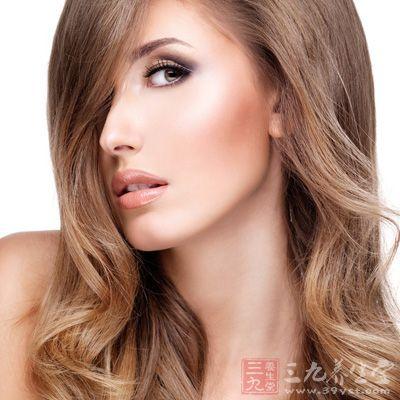 眉形较多,但略带弯度的自然眉可使脸型显得柔和