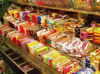 团购店里的洋零食多样 部分进口食品难分辨