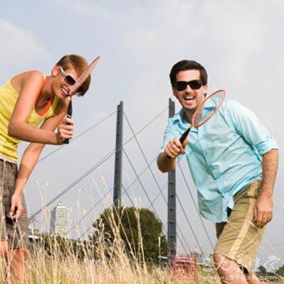 学打羽毛球需注意什么 羽毛球的练习要领(13)