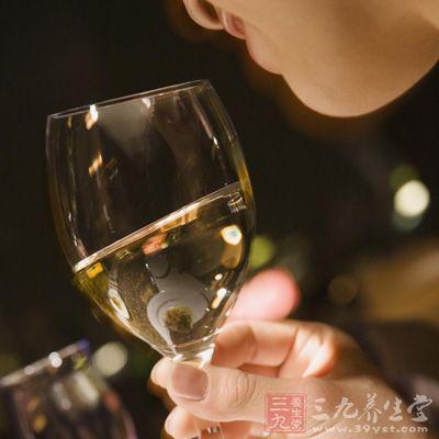品尝过葡萄酒后,好好坐着一会儿并回味所品的酒