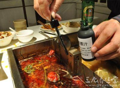 """记者卧底济南火锅店 """"口水油""""加工再用"""