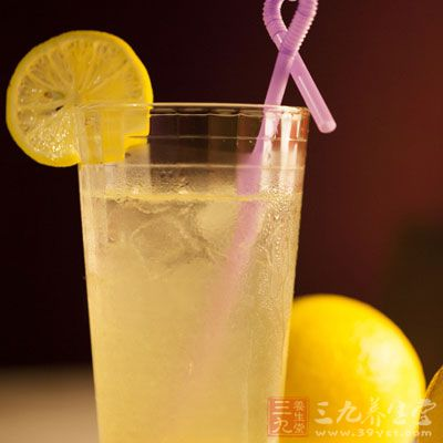 在1大杯温水中挤入数滴柠檬汁