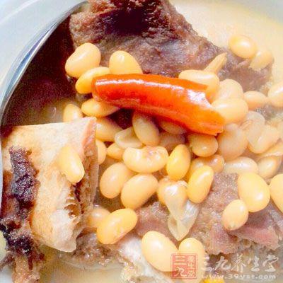 将锅置于火上,加清水适量,把黄豆、猪排骨放入锅内
