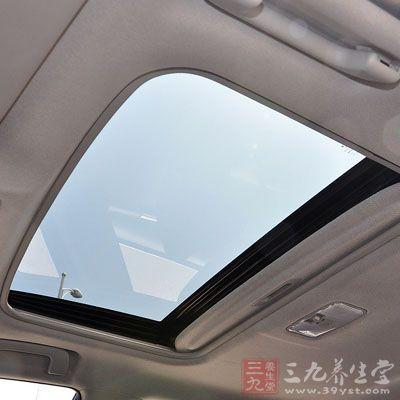 汽车天窗安装于车顶,能够有效地使车内空气流通,增加新鲜空气的进入