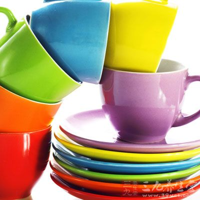颜色鲜艳的餐具让人吃得香