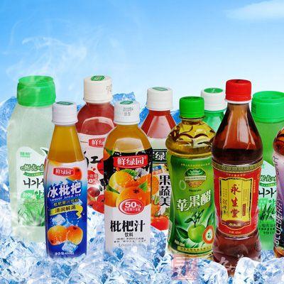 在饮料货架上摆放了十来种维生素饮料,有维他命水,魔力维他命,水动乐
