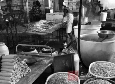 陕西豆腐作坊卫生令人忧 工人叼着香烟做豆腐