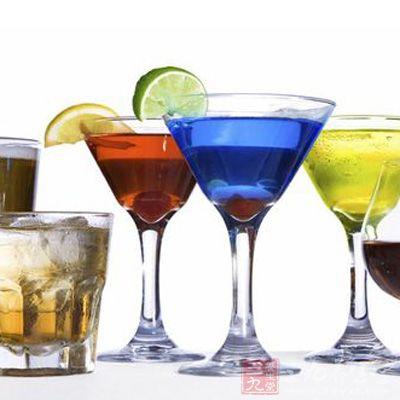 每天喝两杯半烈性酒的中年男性出现记忆丧失和认知功能下降的迹象要比轻度饮酒者和完全避免饮酒的人早六年