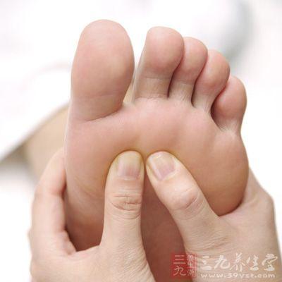用双手食指,中指,无名指指腹按压脚底板中央,停5秒后,重复按压5次