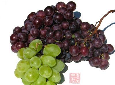 葡萄里有丰富的酒石酸,能与乙醇反应,降低体内酒浓度,缓解胃不适