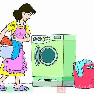 洗衣服时好不要将内衣放入洗衣机图片