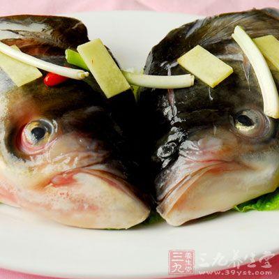 将鱼头撕去里面的黑膜,用水仔细冲洗干净内腔