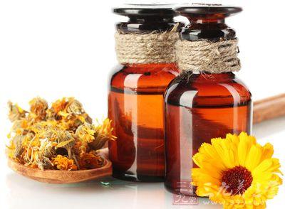 精油是通过植物的花以及叶子、茎和根、果实等等的经过蒸馏以及挤压的方法提炼出来的一种挥发性的芳香物质